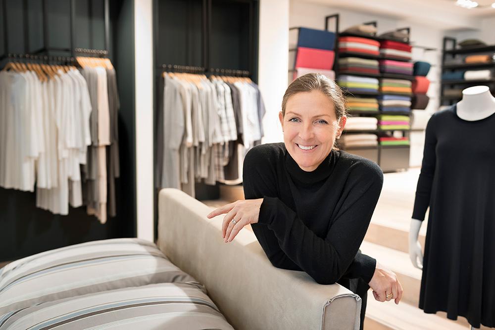 Inhaberin Edda Binne im Ladengeschäft Stoffkontor