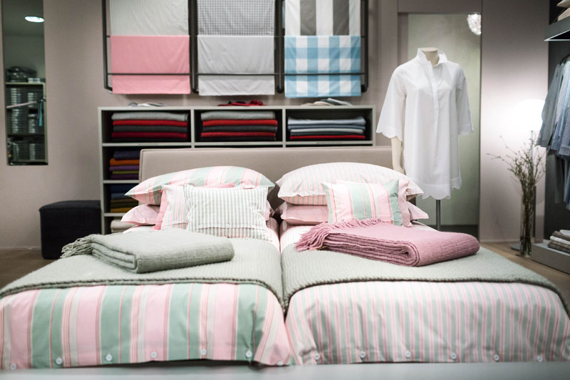 Im Ladengeschäft Stoffkontor die Bettwäsche auf dem Bett aufgezogen bestaunen