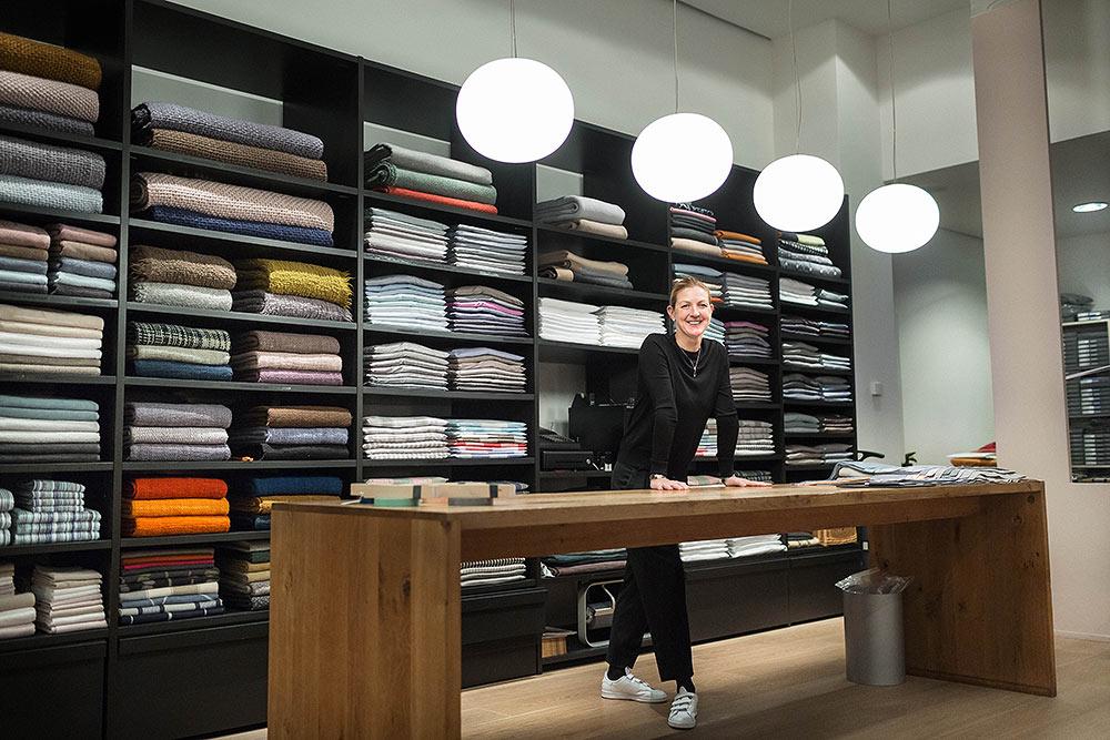 Inhaberin Edda Binne verkauft am Tresen des Stoffkontors