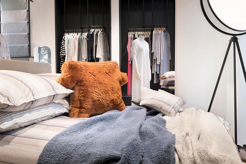 Stoffkontor Ladengeschäft ABC-Straße - Bett mit Monster-Kissen